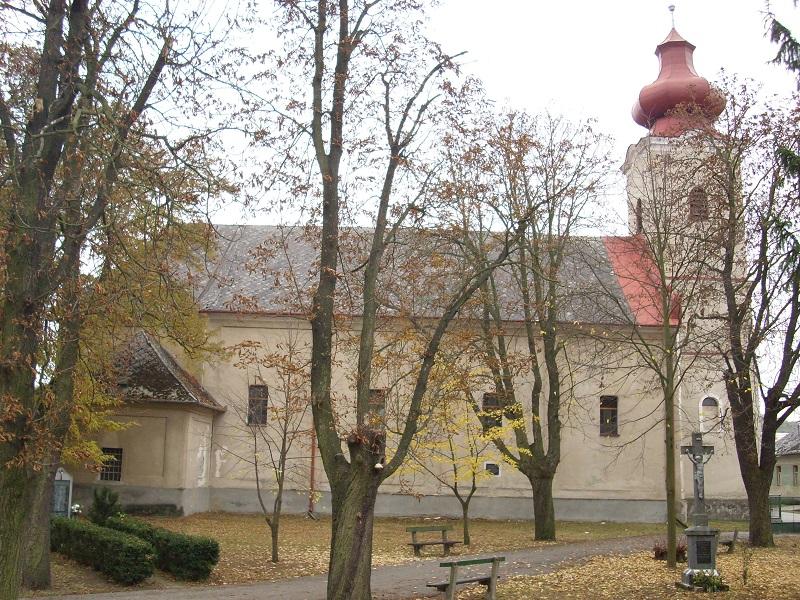A templom északi fala az emléktáblával Csáky Károly felvételén