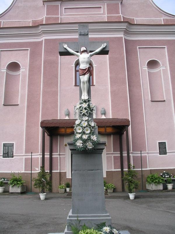 A templom előtti kereszt Csáky Károly felvételén