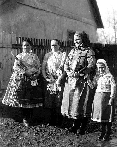 Asszonyok lányok szentelt gyertyákkal. Világháló