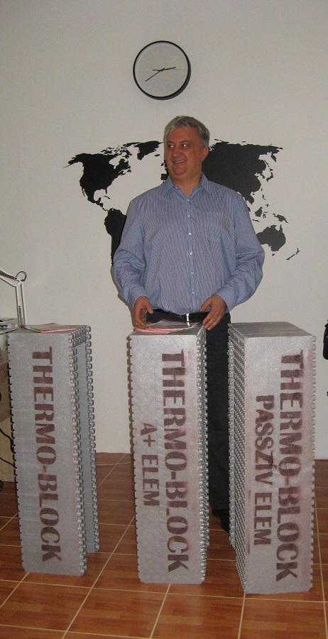 Beke János a Thermo Block Magyarország Kft. tulajdnos-ügyvezető bemutatja a minta-elemeket