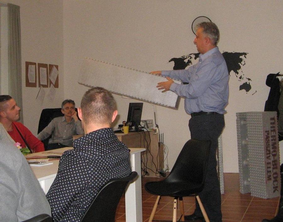 Beke János a Thermo Block elemek gyártási technológiáját magyarázza