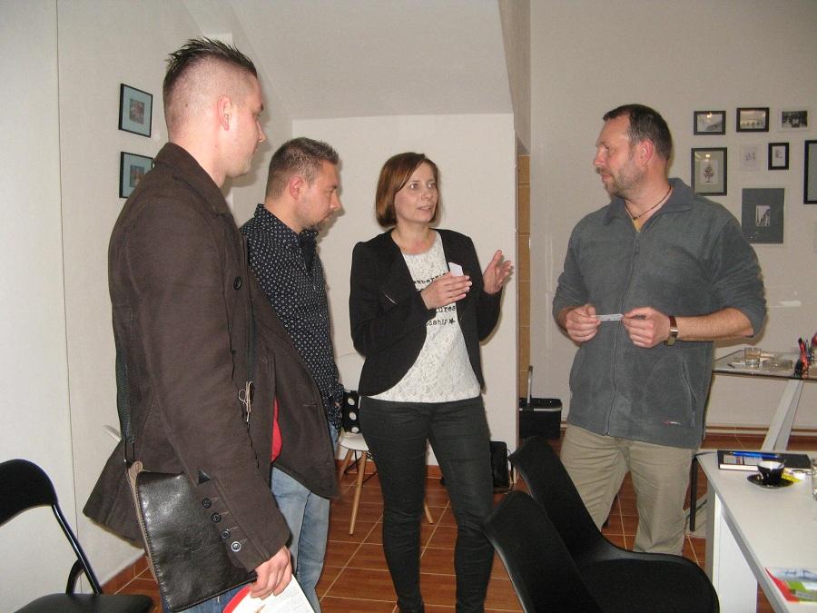 Drab Melinda irodavezető konzultál a vállalkozókkal