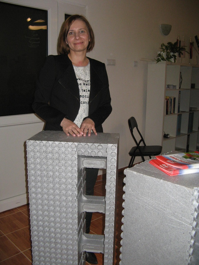 Drab Melinda királyhelmeci irodavezető a bemutatott minta-elemeket tanulmányozza