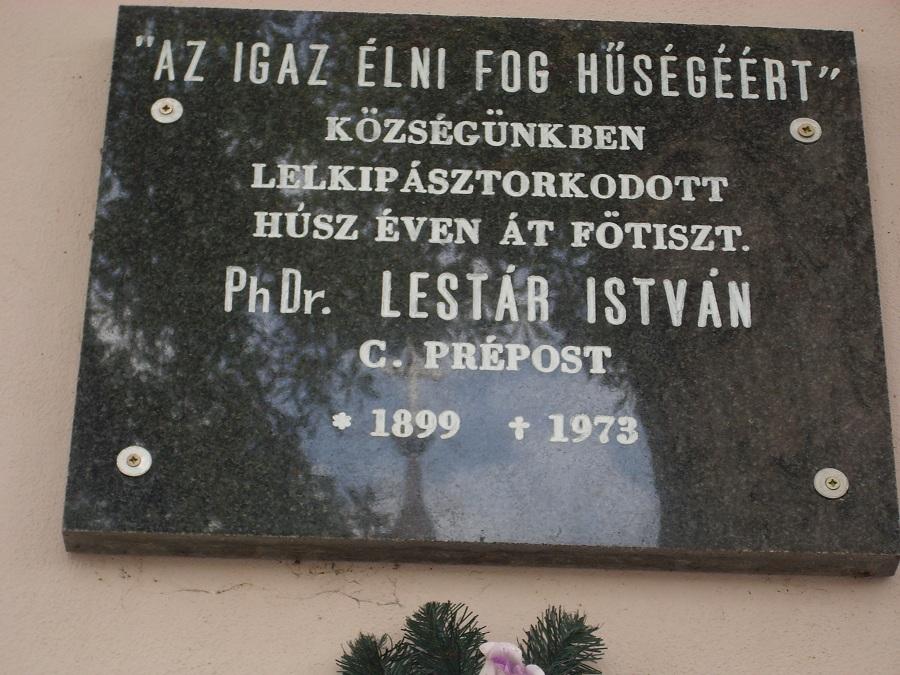 Emléktábla a plébánián Csáky Károly felvételén