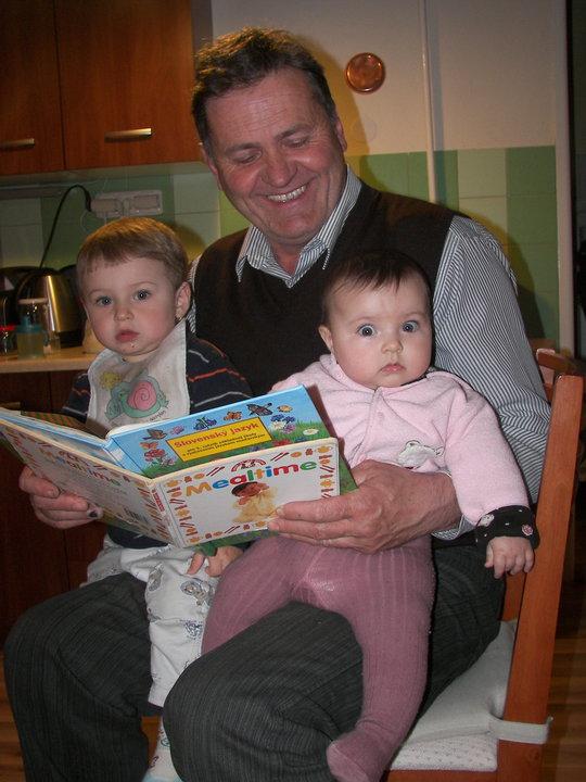 Mesét olvas a nagypapa