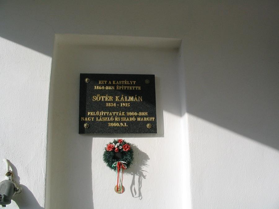 Sőtér emléktáblája egykori kúriáján Csáky Károly felvételén