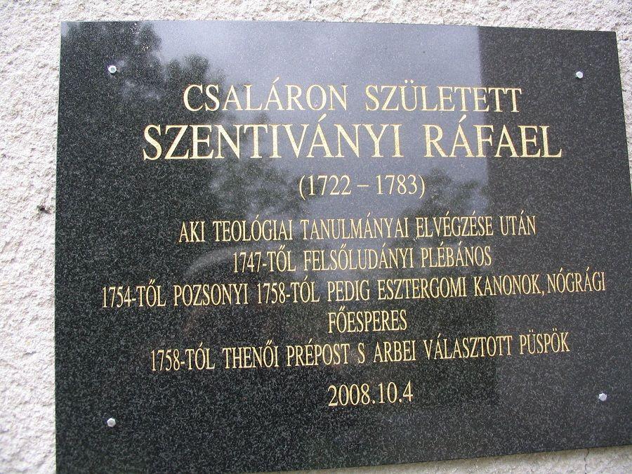 A csalári emléktábla a templom falán Csáky Károly felvételén