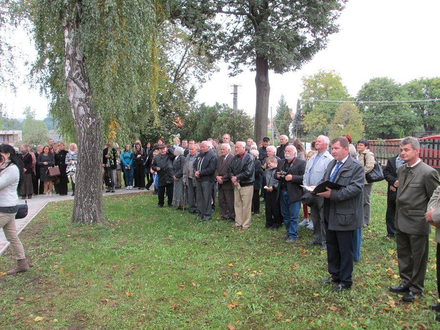 A táblaavatás jelenlenlévői a tmeplomkertben Csáky  Károly felvételén