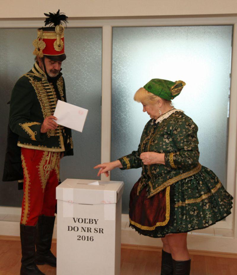 Izsán népviseletben szavaztak