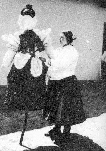 Kiszebábu öltöztetése Magyar Néprajzi Lexikon