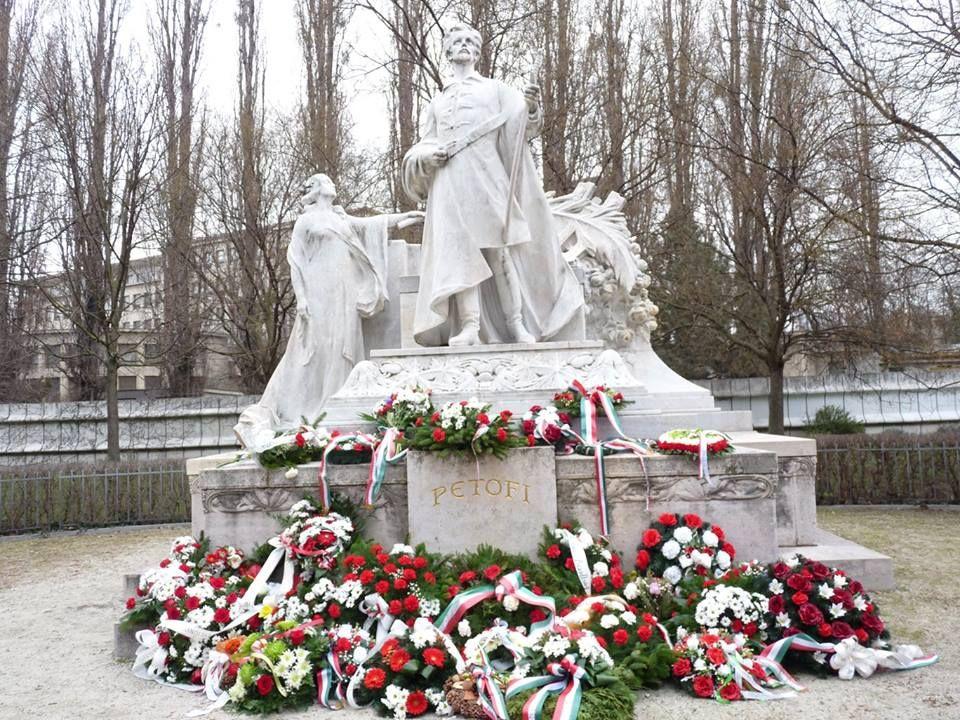 Petőfi Sándor megkoszorúzott szobra Pozsonyban