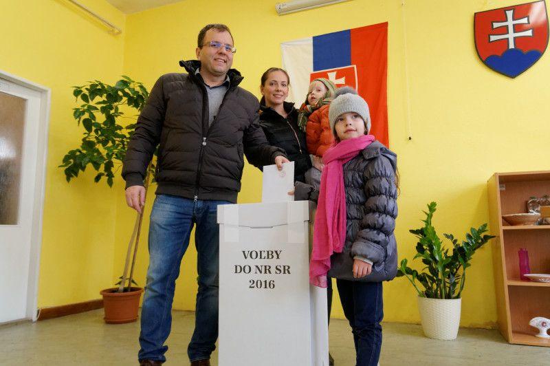 Őry Péter és családja az urnánál