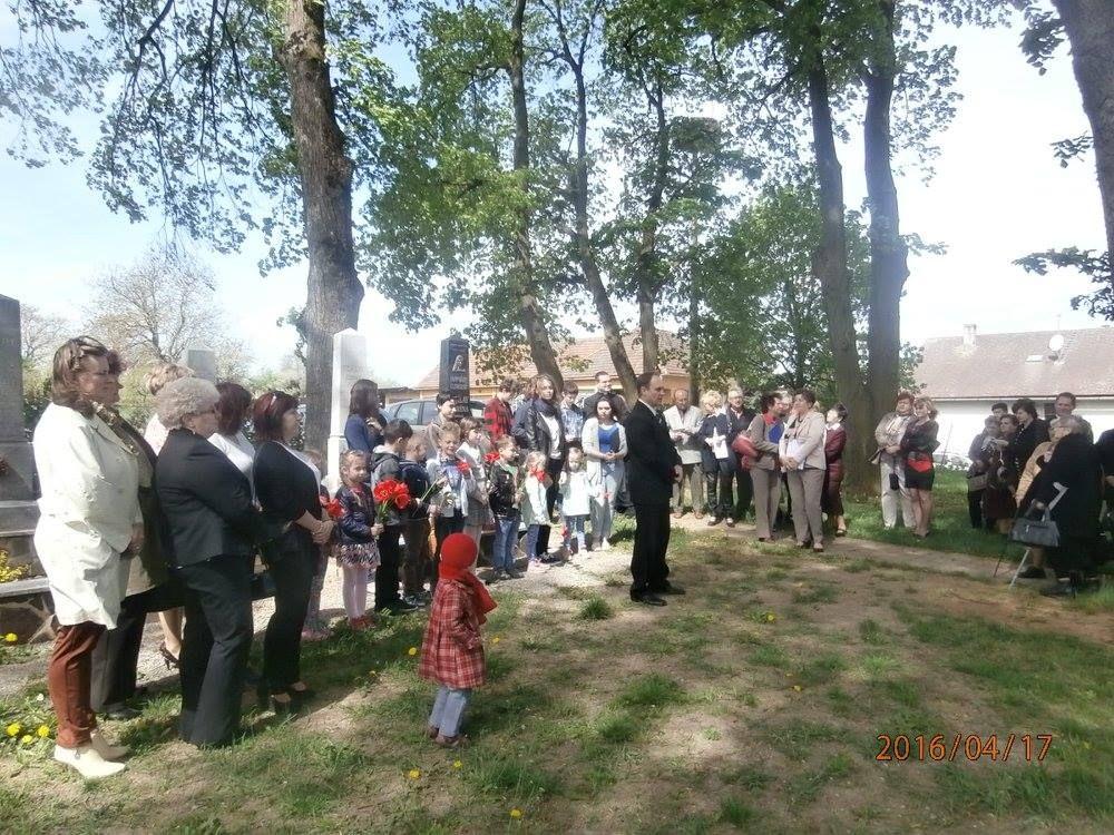 Megemlékezők a jánoki templomkertben (Fotó: Zborai Imre)