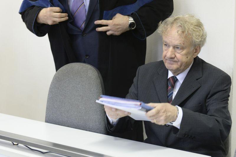 Jozef Markuš a bíróság előtt 2016. április 8-án. (Fotó: tasr)