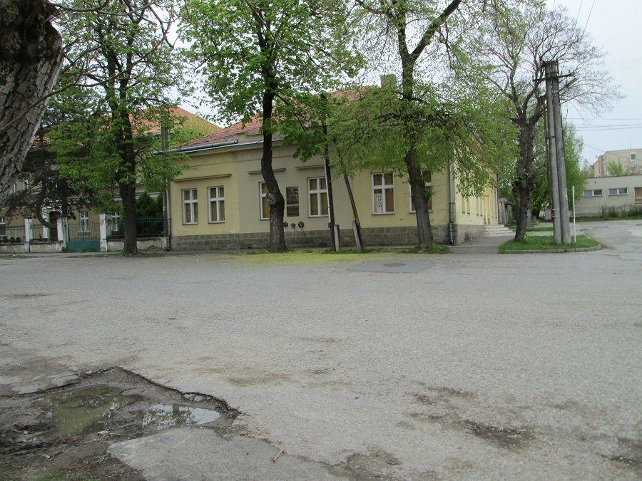 A Honti Múzeum az emléktáblával Csáky Károly felvételén