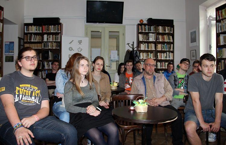 Szinay Árpád fiatal hallgatósága a kassai Rovásban (Fotó: Balassa Zoltán)