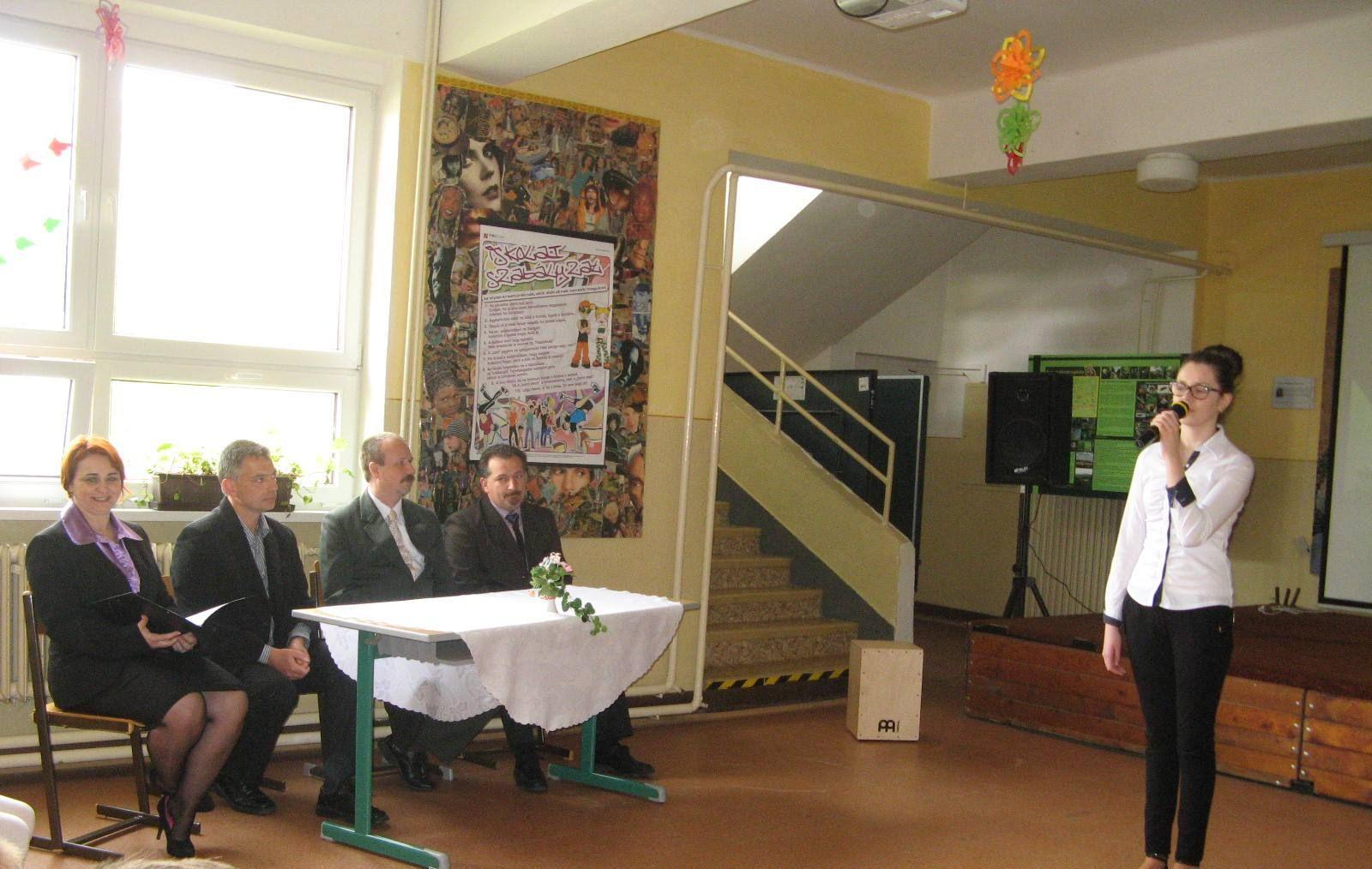 A meghívott vendégek és a jelenlévők Sallai Ibolya előadásában Kulcsár Tibor Gyökerek című versét hallhatják
