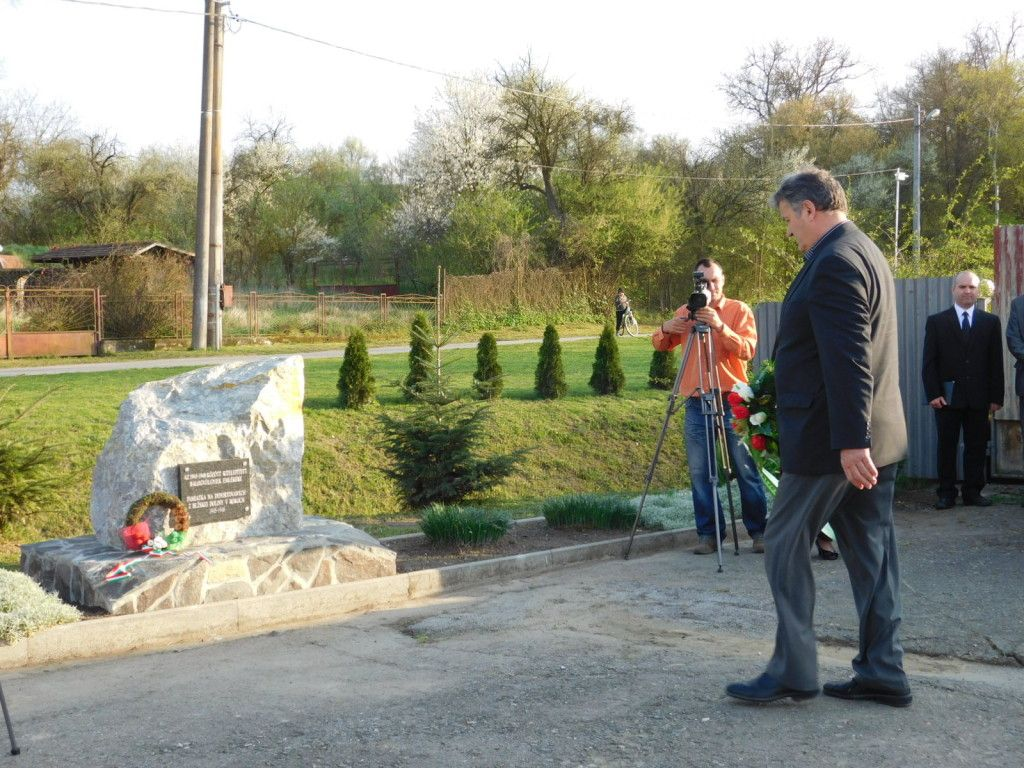 Koszorúz Auxt Ferenc, az MKP Rimaszombati járási elnöke (Fotó: Varga Kinga)