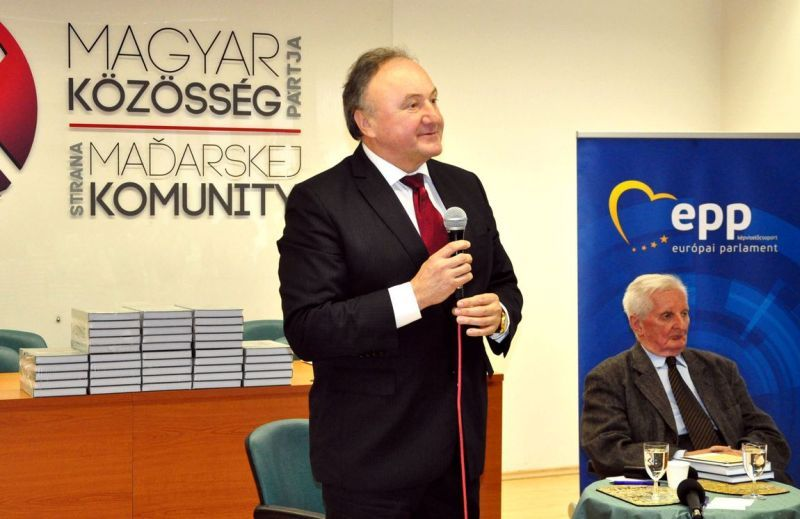 Csáky Pál, a háttérben Pomogáts Béla. Fotó: on