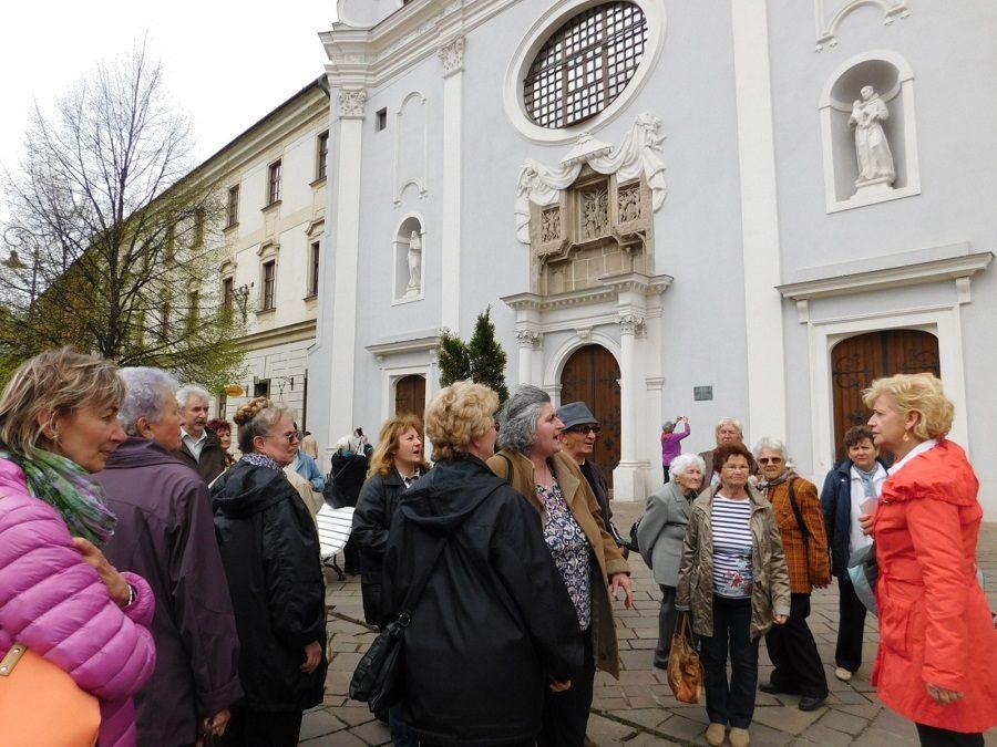Vargáné Deme Katalin elnök és a jászberényi csoport a ferences templom előtt Kassán. Kép: HE