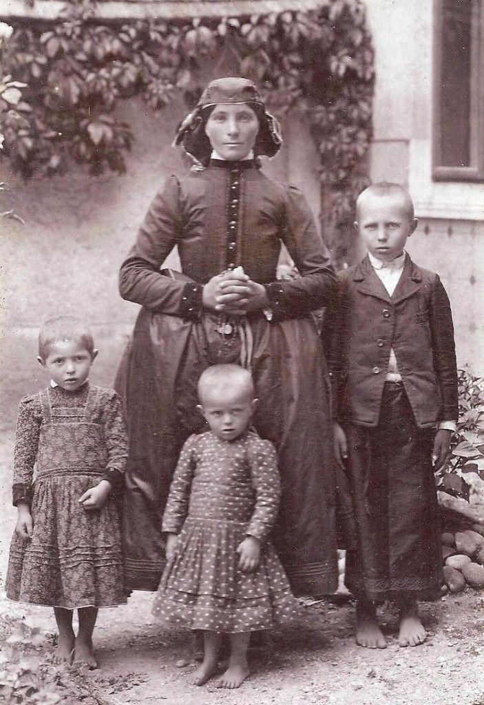 Ipolynyéki anya gyermekével a múlt század elején