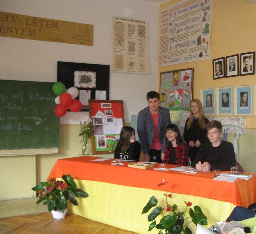 Költészet napi vers-maraton az iskolában_ a szervezők és a zsűri tagjai diákok voltak. Kép: Tökölyi Angéla