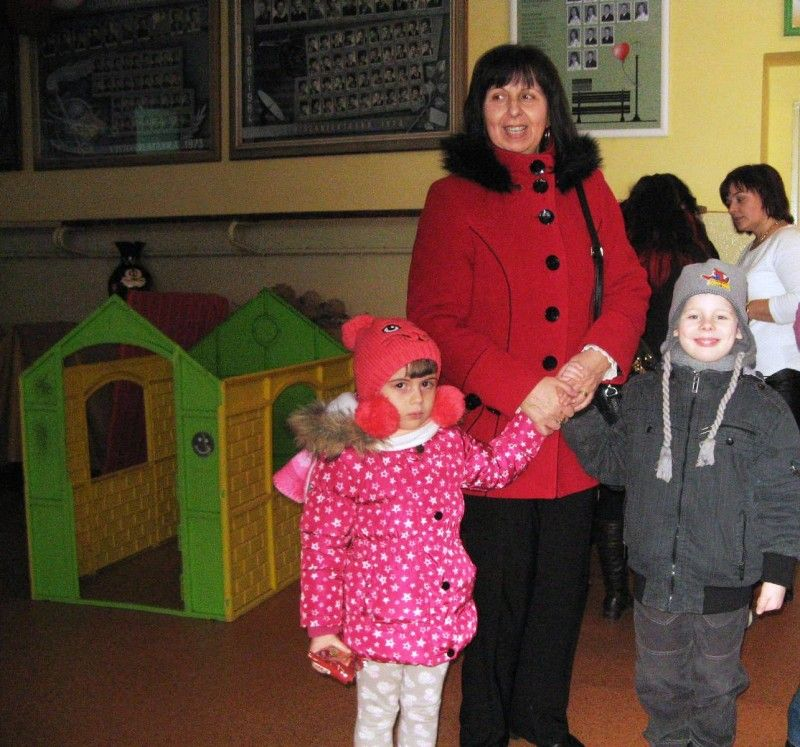 Kiskövesdi óvodások a tanítónénivel a bodrogszerdahelyi alapiskolában (Fotó: Tökölyi Angéla)