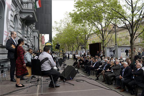 Koncert Salkaházi Sára tiszteletére a Terror Háza Múzeumnál. Fotó: MTI/Kovács Tamás