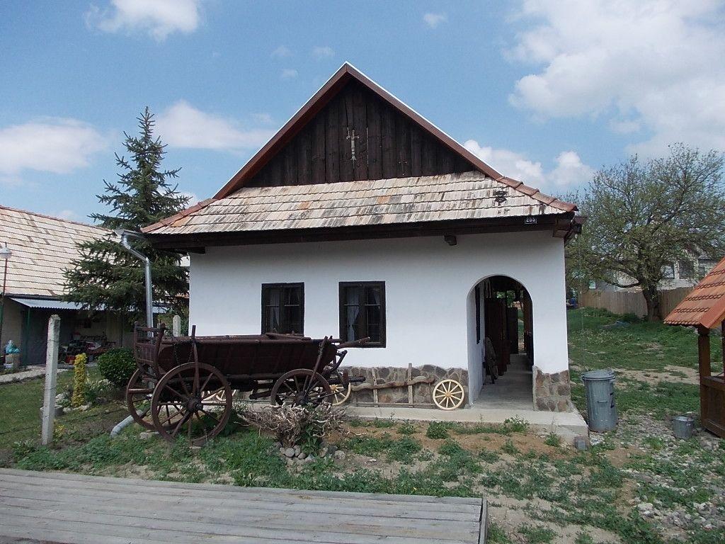 Nyeregtetős ipolynyéki épület, ma tájház (Csáky Károly felvétele)
