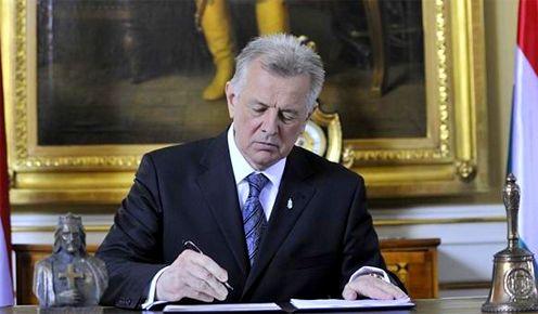 Schmitt Pál, Magyarország köztársasági elnöke (2010-2012) aláírja az új Alaptörvényt (Fotó:kormany.hu)