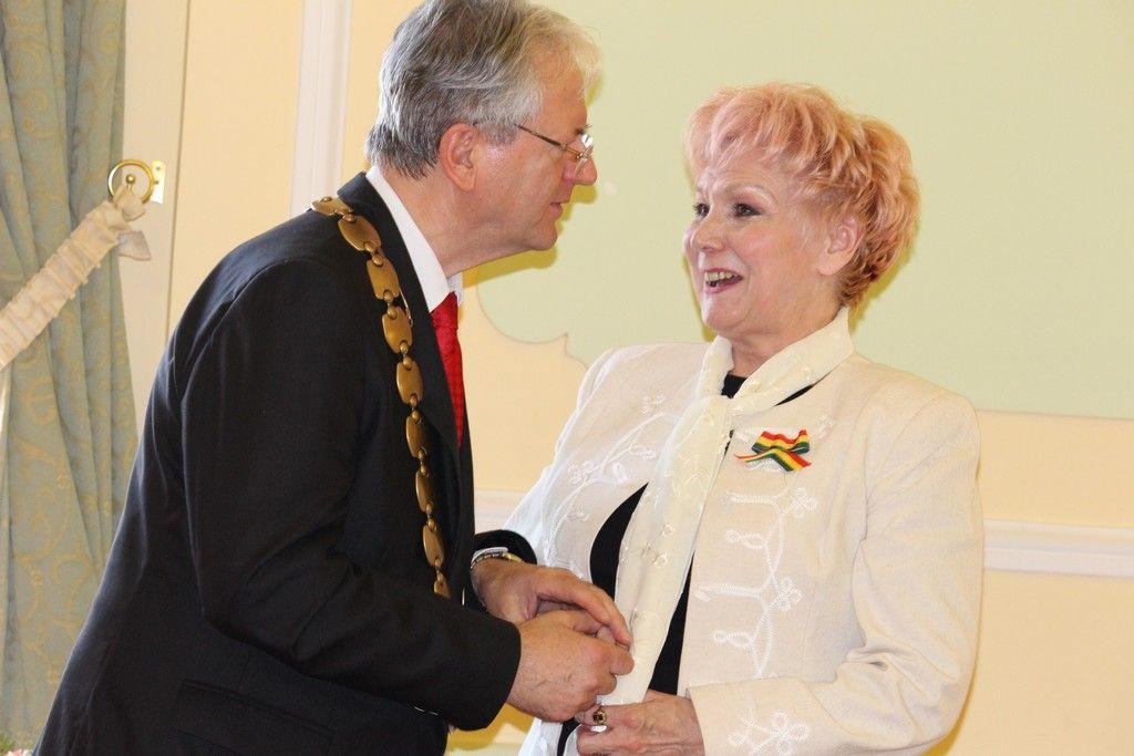 Stubendek László polgármester gratulál a színművésznek