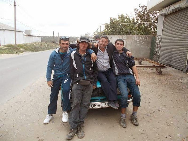 Szeder László azerbajdzsáni vendéglátóival a Baku melletti Mehdiabádban