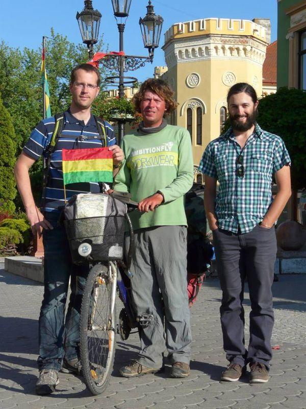 2015. május 11. a hazaérkezés napja. Komáromban, a Klapka téren Bujna Zoltánnal és Kovács Tamással.