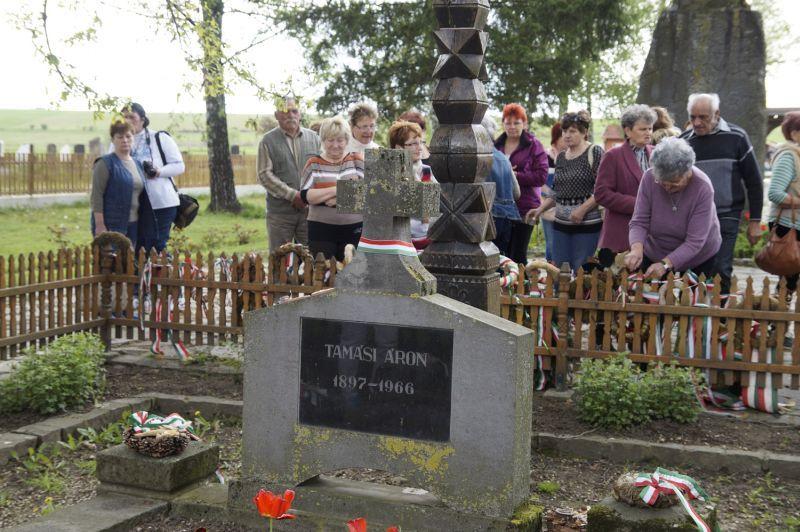 Tamási Áron síremlékénél, Farkaslakán. Fotó: ha