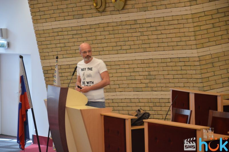 Zacher Gábor előadást tart. Fotó: SJE
