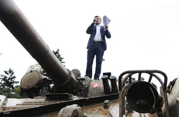 Egy tank tetején Vasil Bilak pozsonyi villája előtt (Fotó: tasr)