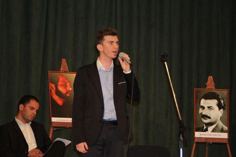 Mészáros Tamás énekel (Fotó: SZIPT)