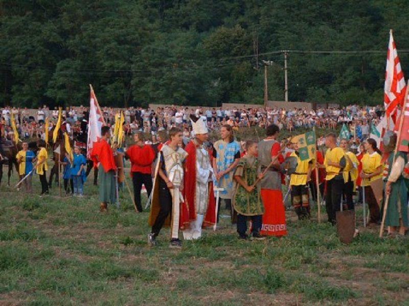 A csatát megörökítő fiatalok 2003-ban. (Fotó: Világháló)