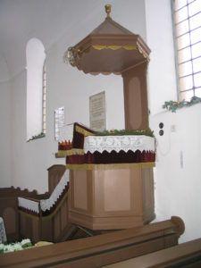 A templom szószéke az emléktáblákkal Csáky Károly felvételén
