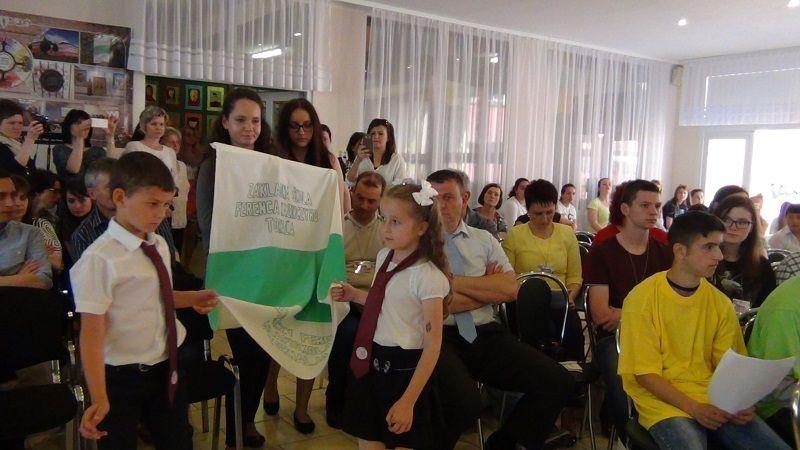 A tornaljai alapiskola zászlaját is behozták (Fotó: HE)