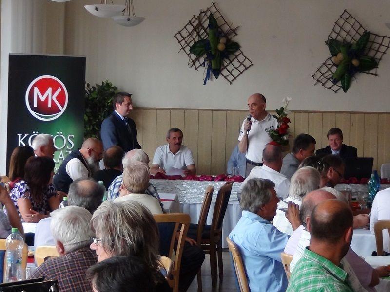 Cziprusz Zoltán köszönetet mondott Boros Zoltánnak, aki 25 éve szolgálta már a pártot (Fotó: HE)