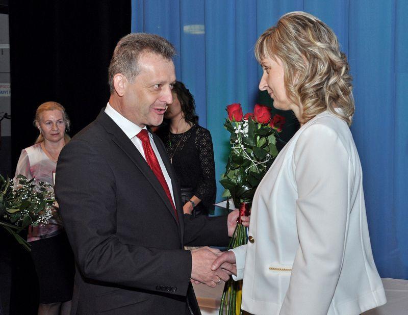 Dunaszerdahely polgármestere gratulál a kitüntetetteknek. Fotó: Nagy Attila