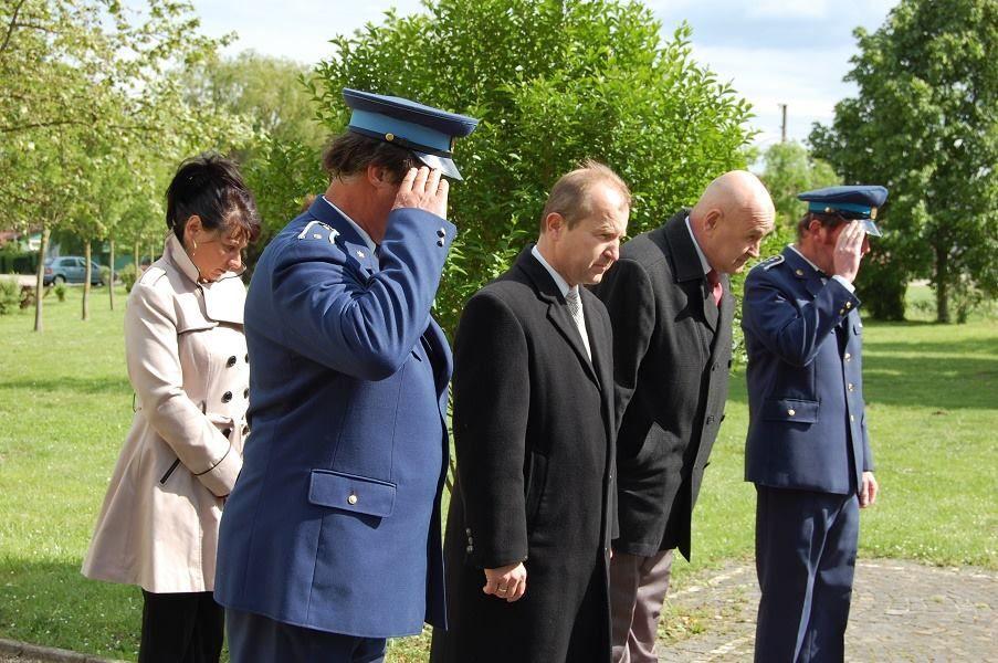 Farkas Iván polgármester és helyettese, Borvák Imre koszorúz (Fotó: Dobsony Róbert)