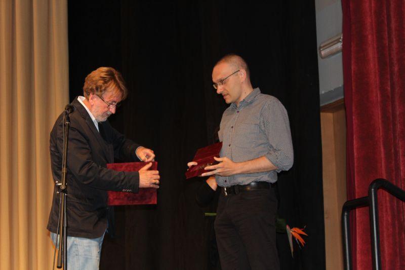 Gazdag József átveszi a kitüntetést Hodosy Gyulától. Fotó: nt