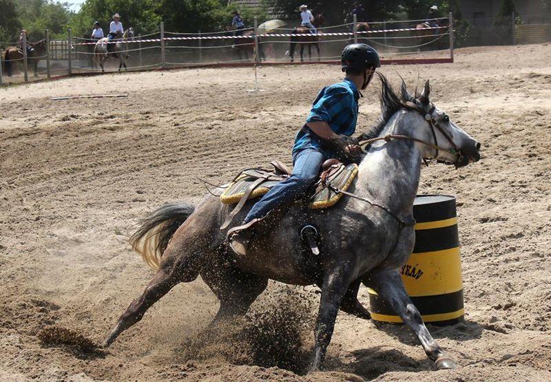Hordókerülés (Barrel Racing).