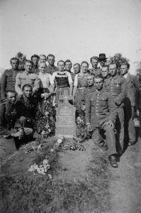 Lengyelek a Nagycsalomján elhunyt katona sírjánál 1940-ben, archív fel - PV