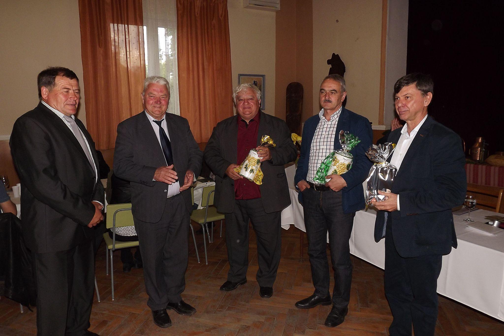 Balról: Lengyel László, a Szent Orbán Borosgazdák Társulásának elnöke, Zsidek Vilmos, vezetőségi tag ajándékot adnak át a fesztivál támogatóinak