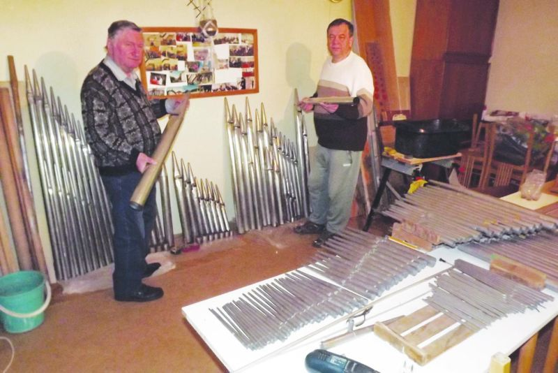 Tarnai Endre és Sipos István tisztítják a sípokat. Fotó: mf