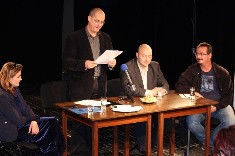 Tóth Tibor ismerteti a következő évad műsorát. Fotó: sze