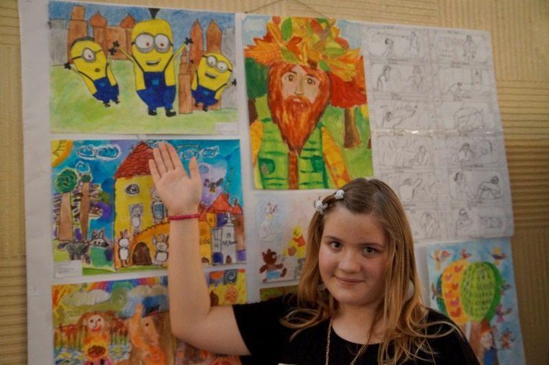 Varga Vivien mutatja a munkáját. Fotó: ha